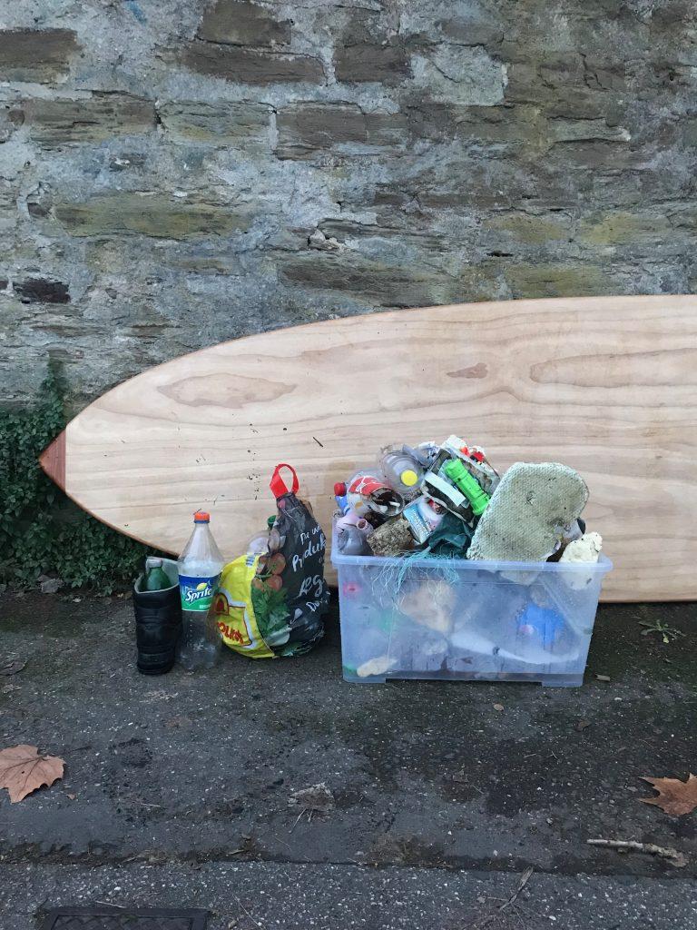 Bild: Müll auf dem Rhein in Koblenz mit dem SUP-Board gesammelt