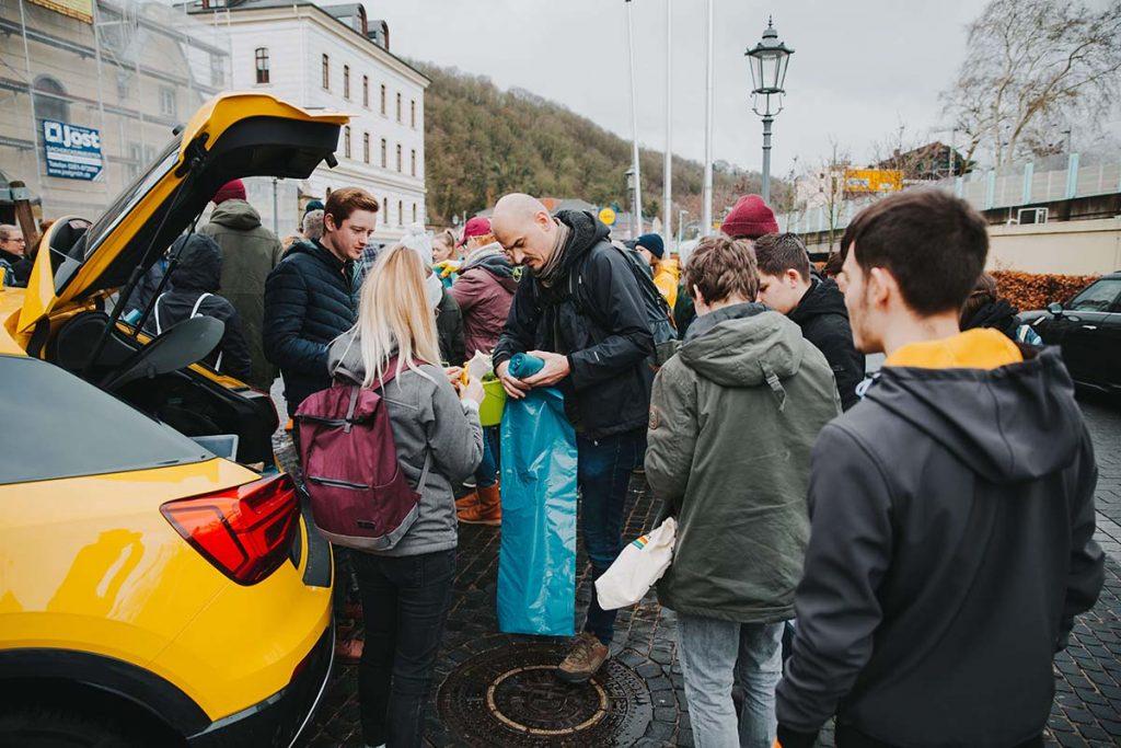 Foto: Verteilung der Müllsäcke auf dem Dreck-weg-Tag 2019 in Koblenz-Ehrenbreitstein
