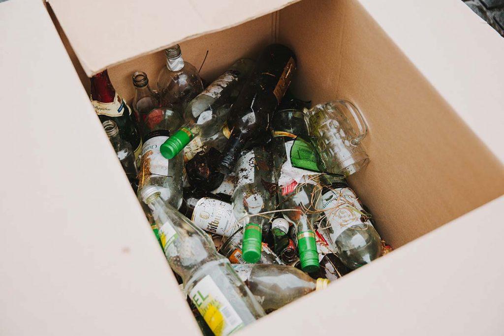 Foto: Glasflaschen und Scherben