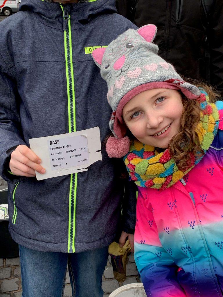 Foto: Kinder finden Etikett eines Formaldehyd-Kanisters am Rhein