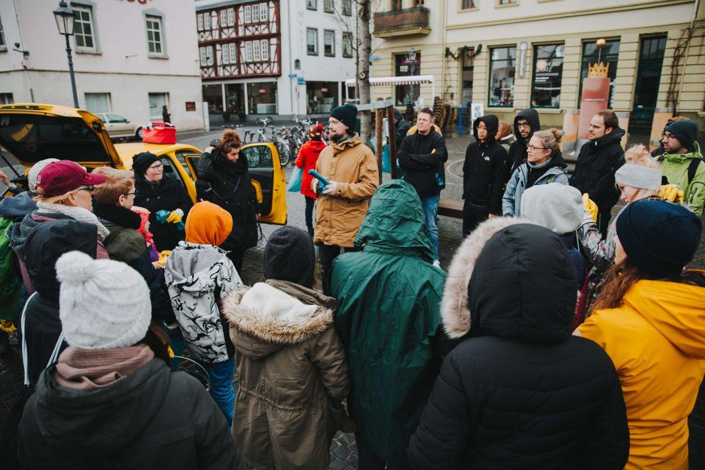 Foto: Malte Schreer begrüßt Teilnehmer des Dreck-weg-Tages 2019 in Koblenz-Ehrenbreitstein