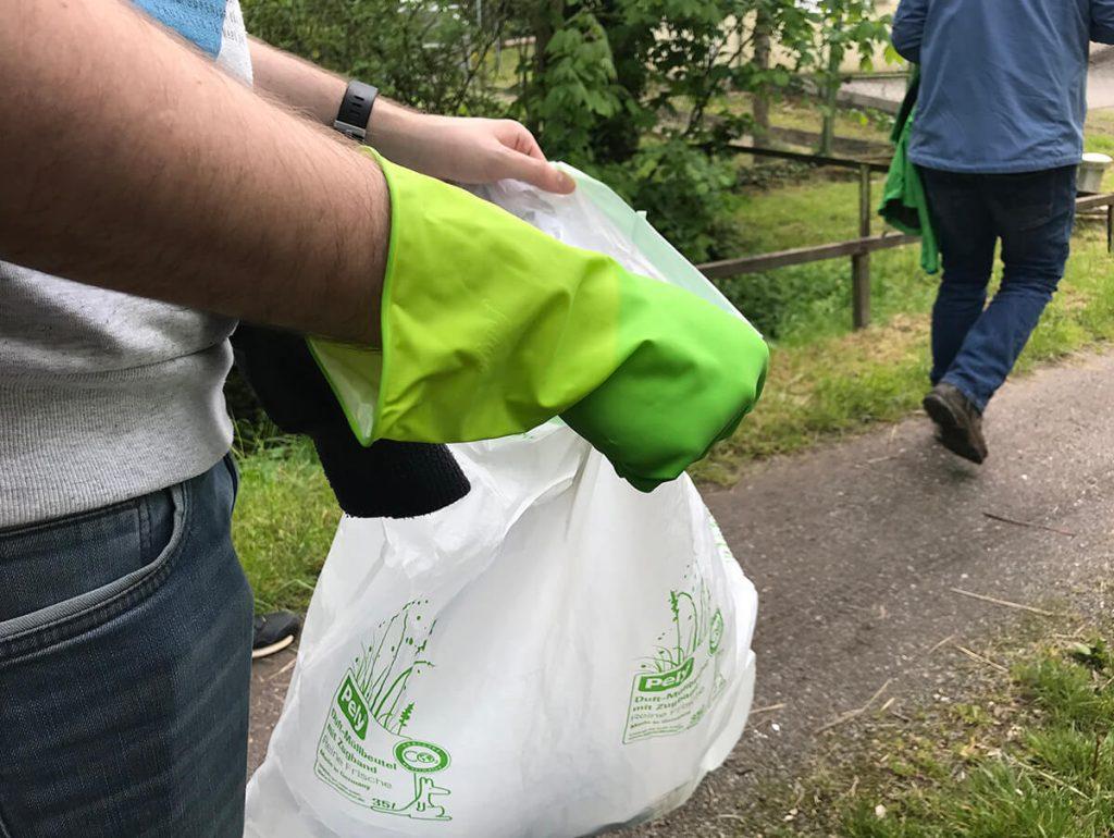Foto: Agentur sammelt Müll in der Natur