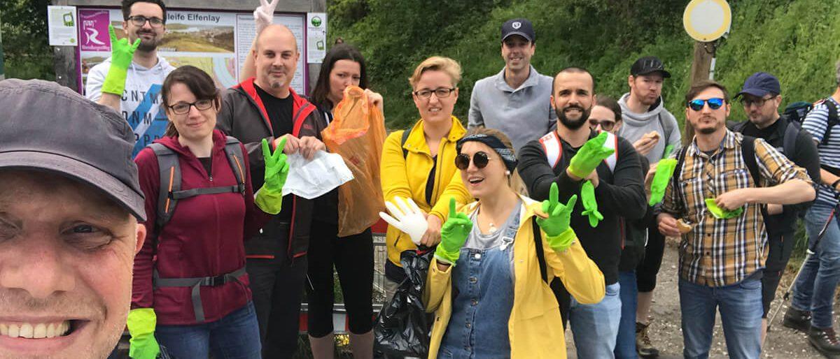 Foto: Agentur forty-four sammelt Müll auf Wandertag