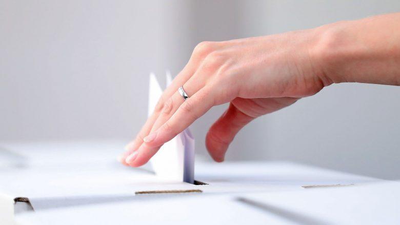 Foto: Einwurf an Wahlurne