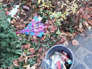 Bild: Regenschirm und anderer Müll auf Grünfläche