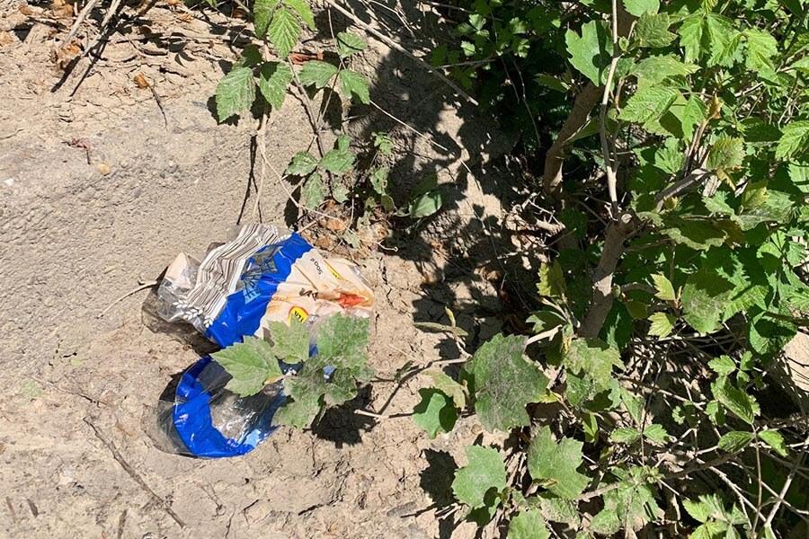 Abbildung: Verpackung von Toastbrot wird nach dem Füttern achtlos in der Natur liegengelassen