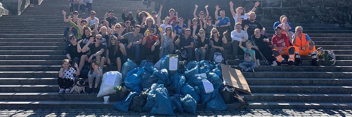 Abbildung: Gruppe mit Müll nach dem World Cleanup Day 2019 am Deutschen Eck in Koblenz