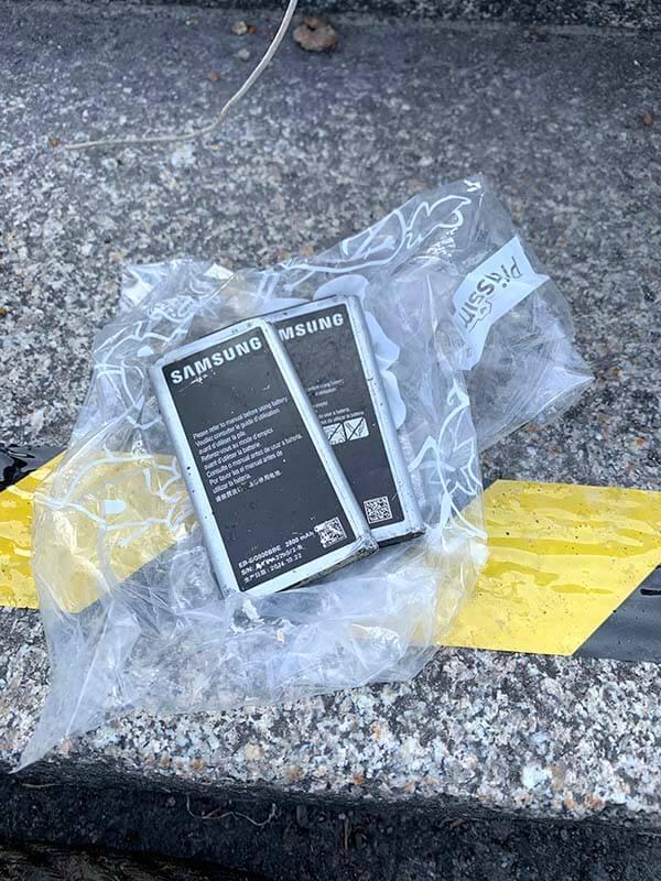 Abbildung: Smartphone-Akkus lagen auf der Straße