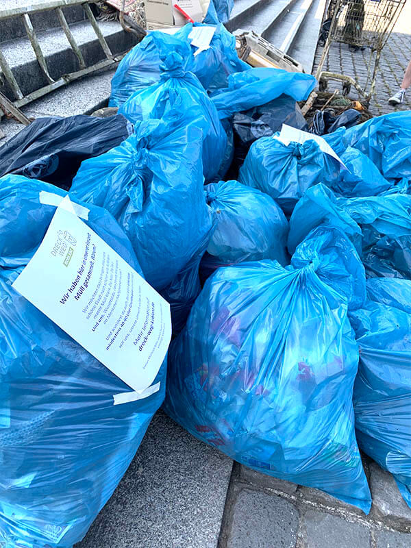 Abbildung: Volle Müllbeutel nach World Cleanup Day 2020 in Koblenz