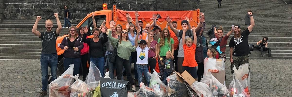 Abbildung: Gruppenfoto mit freiwilligen Helfern, die ehrenamtlich Müll in Koblenz gesammelt haben