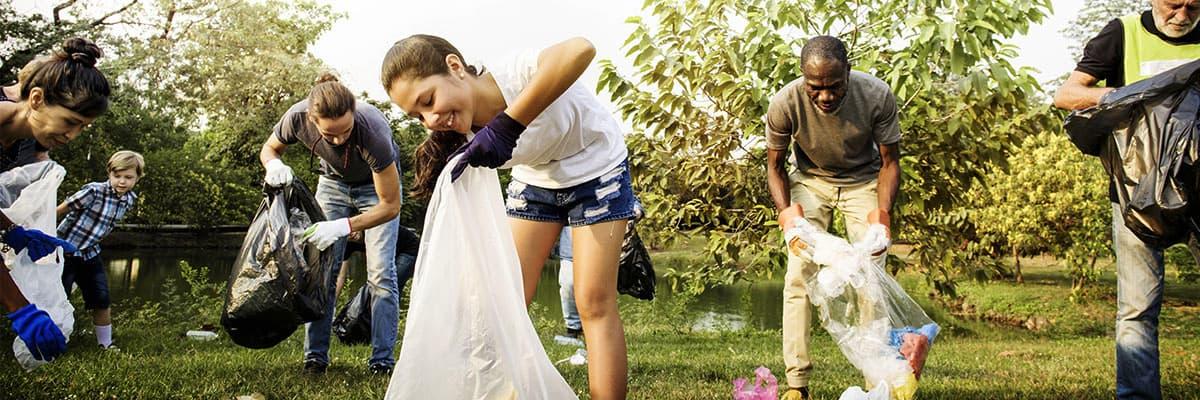 Abbildung: Eine Gruppe Menschen sammelt Müll und engagiert sich für den Umweltschutz