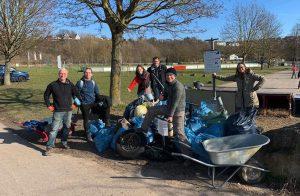 Abbildung: Freiwillige Helfer engagieren sich für den Umweltschutz auf Rheininsel Niederwerth