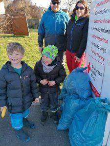 Abbildung: Freiwillige haben Müll in der Natur gesammelt